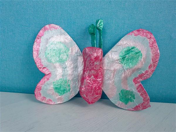 Einen pasteligen Pappmaché-Schmetterling für den Frühling basteln