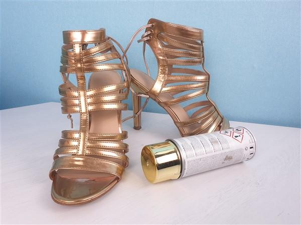 Sandaletten mit goldener Farbe besprühen – ob das funktioniert?