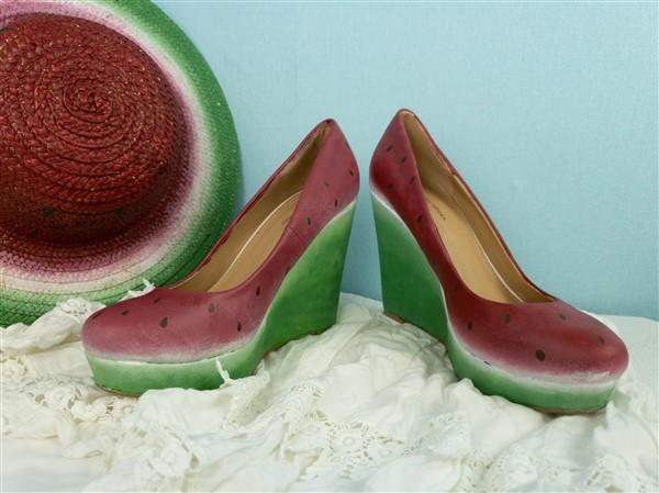Fruchtig in den Sommer: Schuhe bemalen im Wassermelonen-Stil