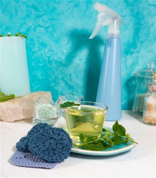 Sommer DIY: Wasserspray fürs Gesicht selber machen mit Minze und Zitronenmelisse