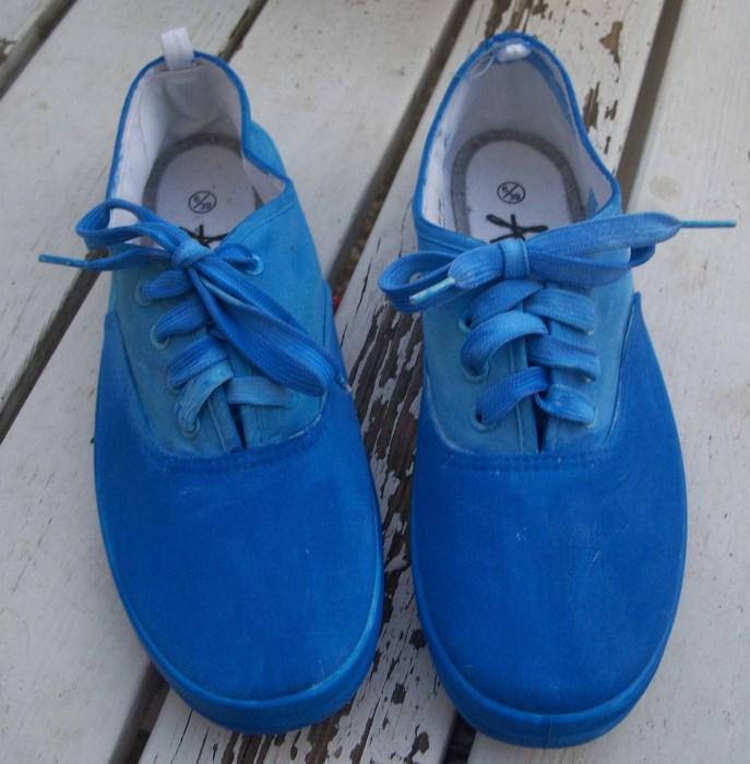 Sneakers mit Acrylfarbe bemalen