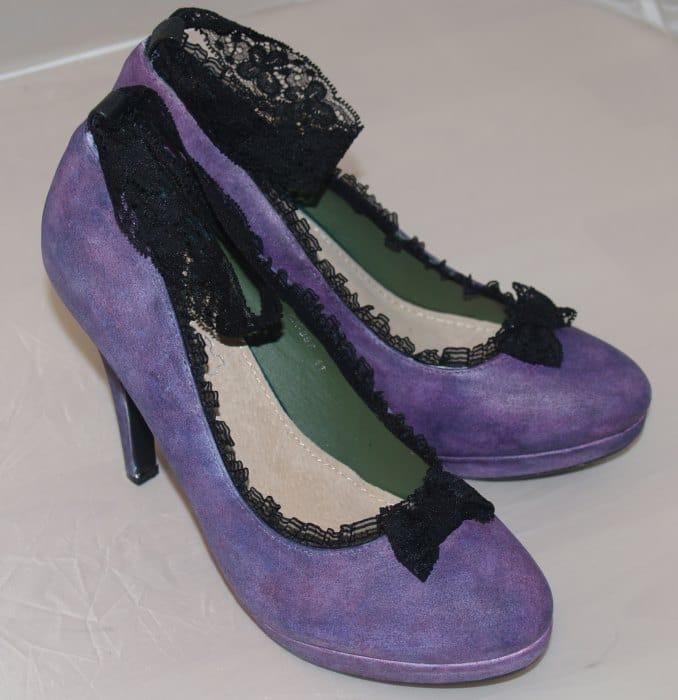 Schuhe mit Acrylfarbe bemalen und mit Spitze und Schleifen verzieren