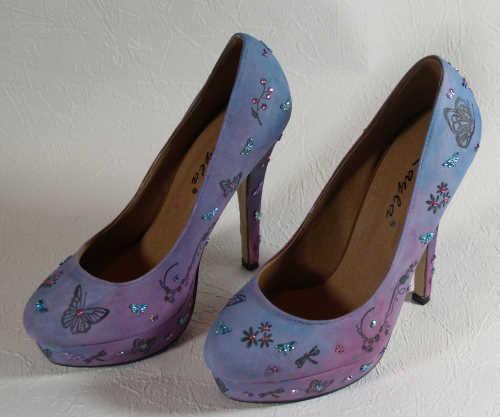 Schuhe bestempeln und mit Strasssteinen bekleben