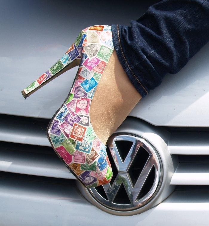 Schuhe mit Briefmarken bekleben