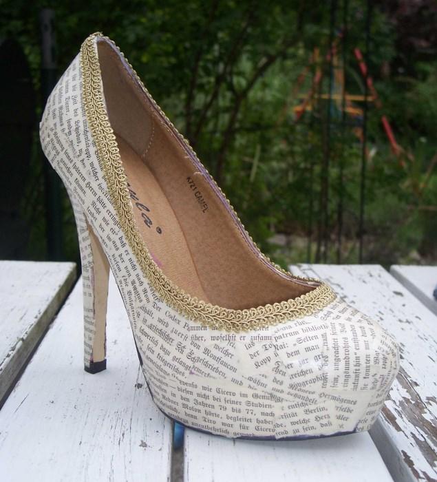 Schuhe mit Buchseiten bekleben
