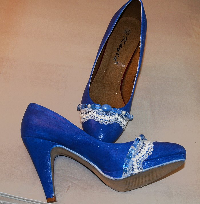Schuhe basteln mit Perlen und Spitze