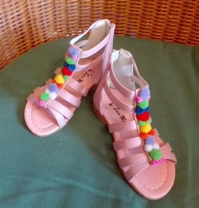 Schuhe mit Pompoms bekleben