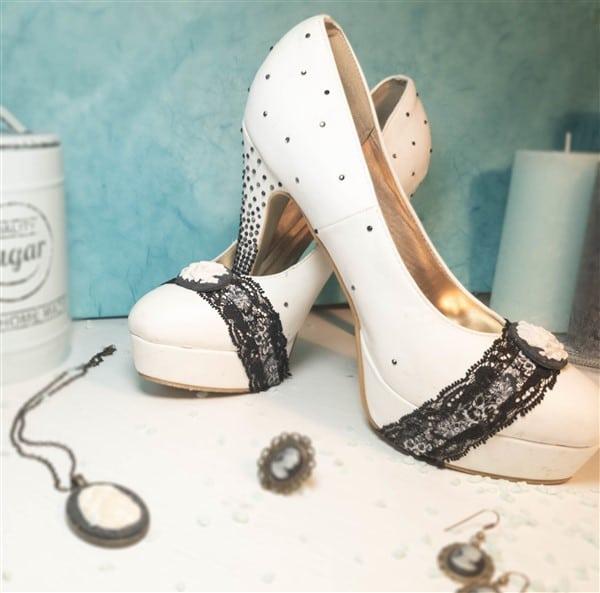 Schuhe basteln mit Spitze, Gemme und Strasssteinen
