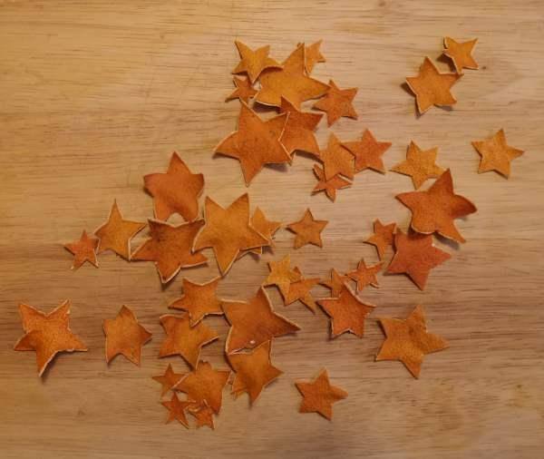 Sterne aus Mandarinenschalen basteln