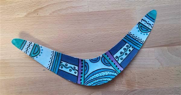 Bumerang in Blautönen bemalen